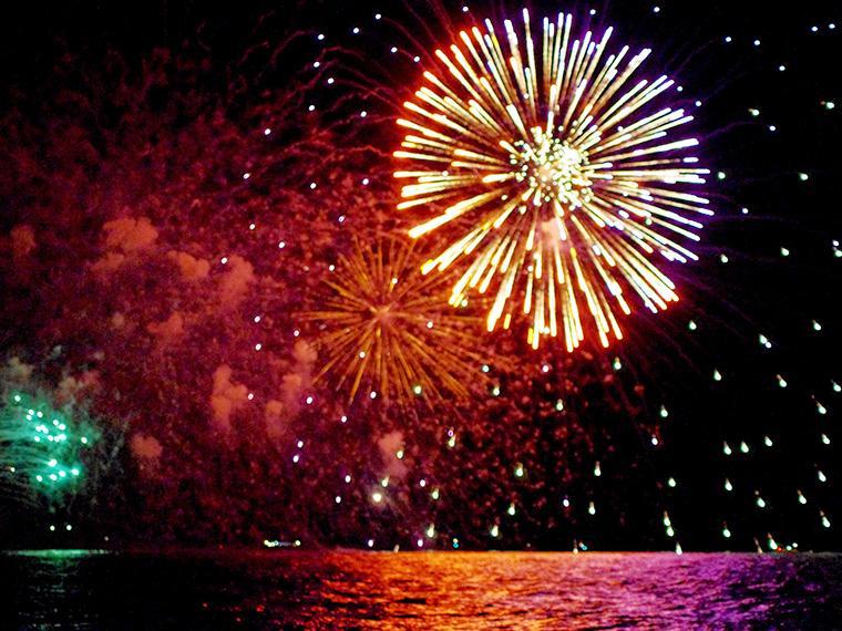 猪苗代湖を花火が鮮やかに照らす