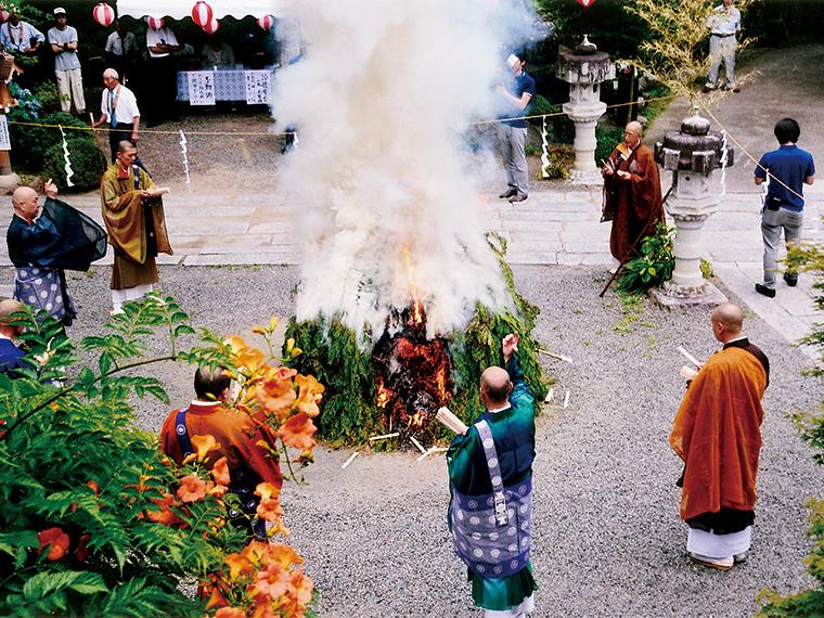 護摩壇に奉納した護摩木が、人々の願いを炎と煙にのせて燃え行く様子は見もの