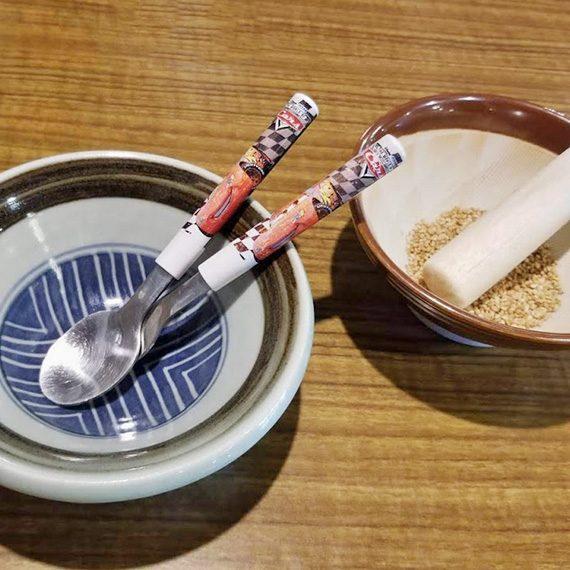 子ども用のお皿を先に出していただきました。その横は、私のオーダーした「薬師そば」の薬味のすりゴマです