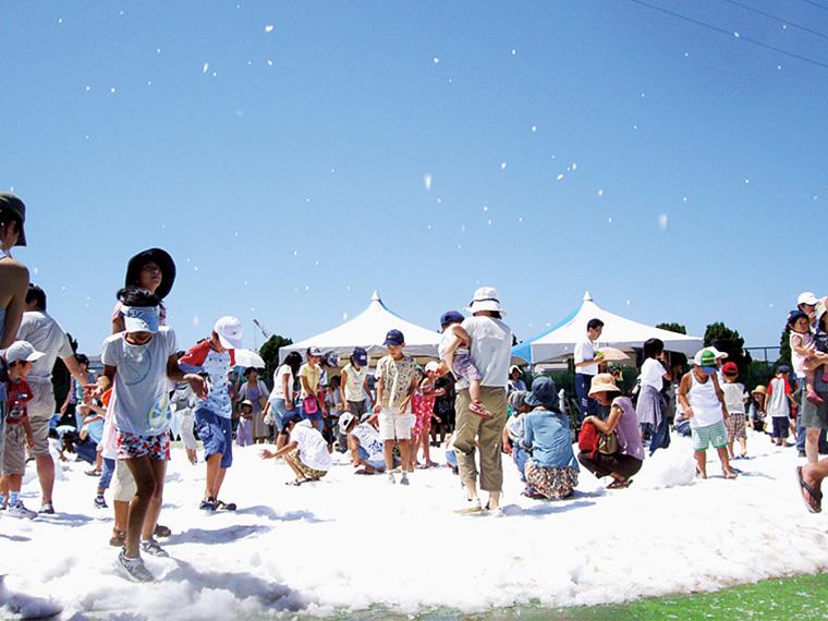 11時から16時頃まで、降雪イベントも開催。真夏に舞う雪を楽しもう!