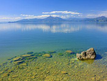 猪苗代湖南から磐梯山を望む