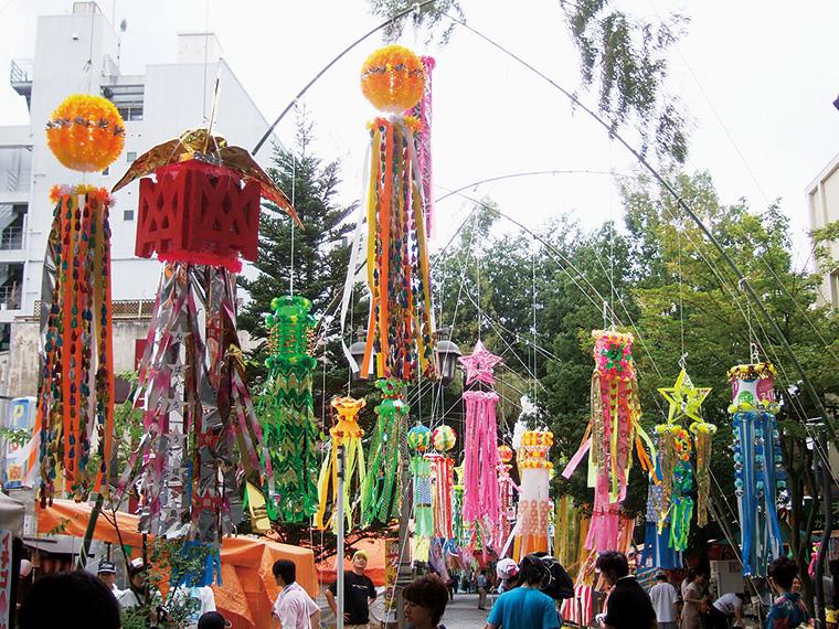 大きな青竹と七夕飾りが立ち並び、まるでトンネルのよう