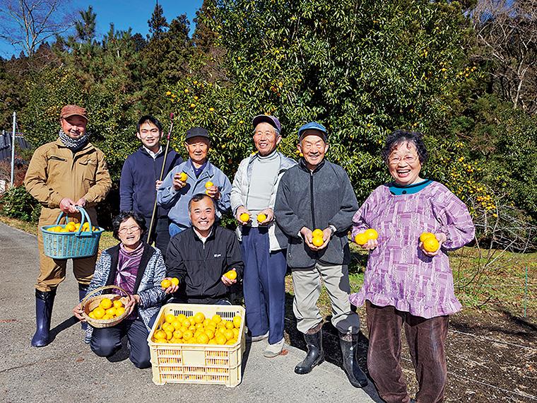 ゆず生産組合の組合長・緑川裕之さん(前列・左から2人目)と素敵な笑顔で迎えてくれた栽培農家の皆さん。後列左から2人目は、ゆず商品開発を行う地域おこし協力隊の福山正真さん。香りが良くリラックスできるゆず湯はもちろん、さまざまな用途で使えるゆずを楽しみたい