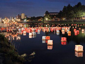 広瀬川の水面に揺れる灯ろうの光と音楽で、お盆を送ろう