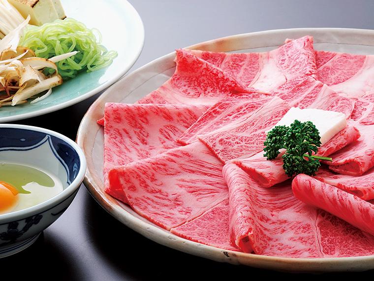 【米沢牛すき焼き(5,000円〜)】四季折々の旬の味覚は米沢牛をよりいっそうに引き立てる。ずっと心に残るような贅沢な味わいを楽しめるのは『金剛閣』だからこそである