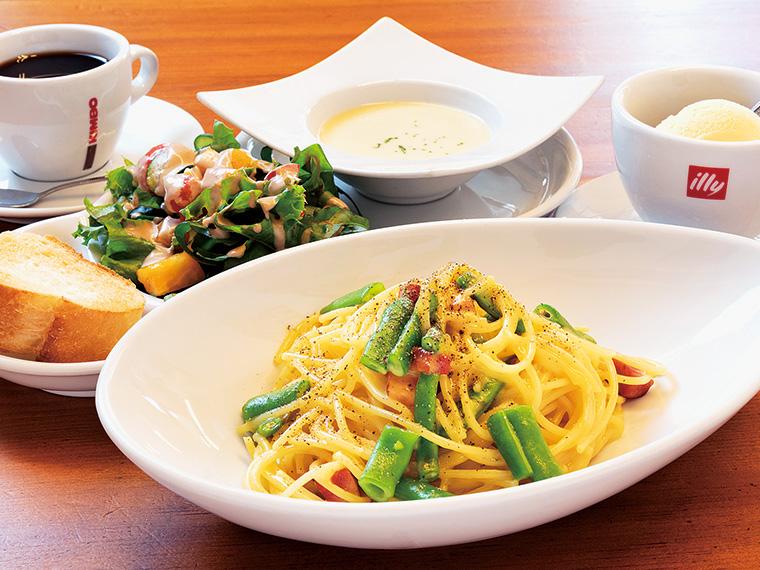 季節の野菜が彩りを添えるカルボナーラ。ランチセット(1,188円)は、サラダとスープ、パン、デザート、ドリンク付き