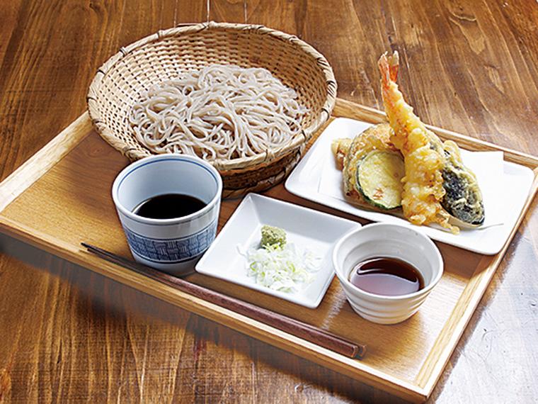 「手打ちそばと天ぷら盛り合わせ」(950円)※天ぷらは季節によって変動あり