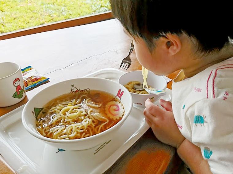 お腹がすいていたのか、勢いよく麺をすする息子