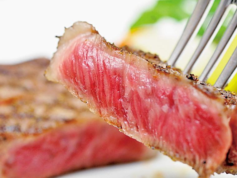 「明星」のステーキは、上質な中でも特に厳選された米沢牛を使用。絶妙な焼き加減が肉のうまみを倍増させる。地産地消にこだわり、米沢牛と相性の良い旬の食材は目にも美しい。「米沢牛ハンバーグ」(1,800円)などランチセットも用意する