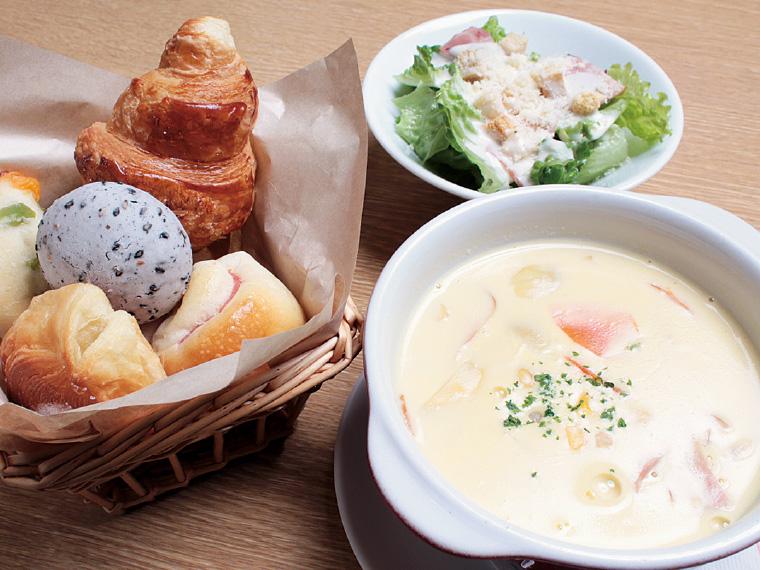 スープ&サラダセット880円〈スープ・サラダ・パン食べ放題(プチパン10種)※スープとサラダは日替わり。写真はコーンスープとシーザーサラダ〉【提供時間11:00〜15:00】