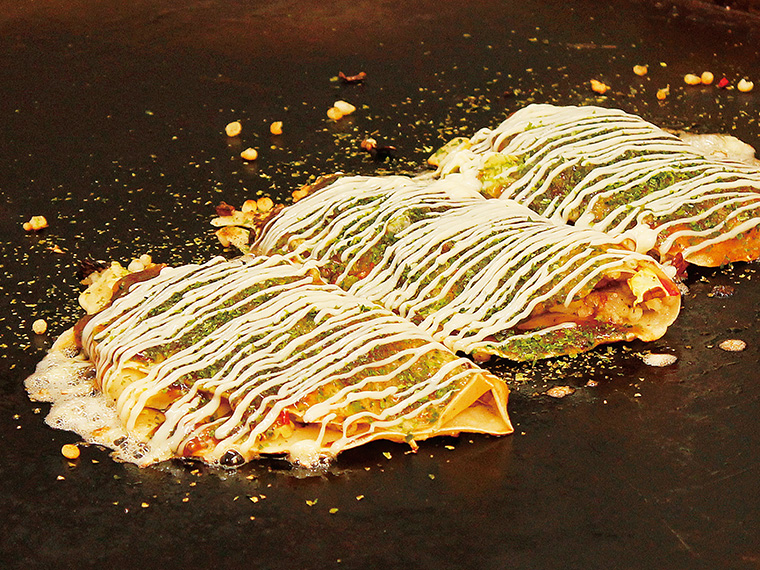 「大阪キャベツ焼き」。玉子付きのデラックス(500円)は豚肉やボリュームがUP!