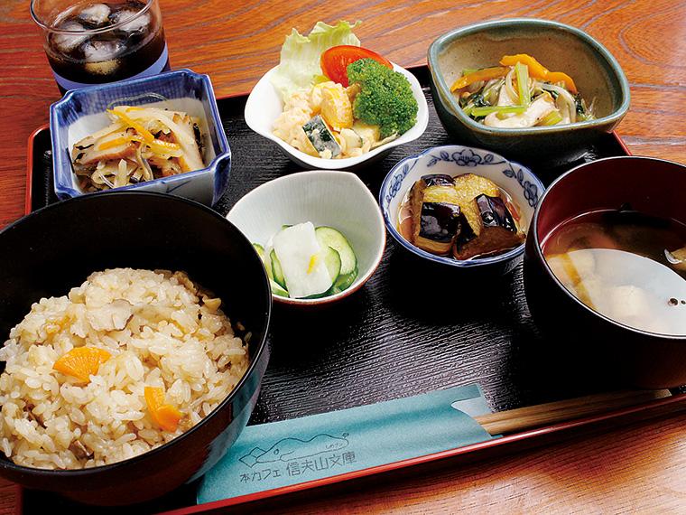 舞茸ご飯に、煮物、漬物、みそ汁などがセットになった「しのブン日替わりランチ」。桑折町の名水を使った「金剛水コーヒー」が付く