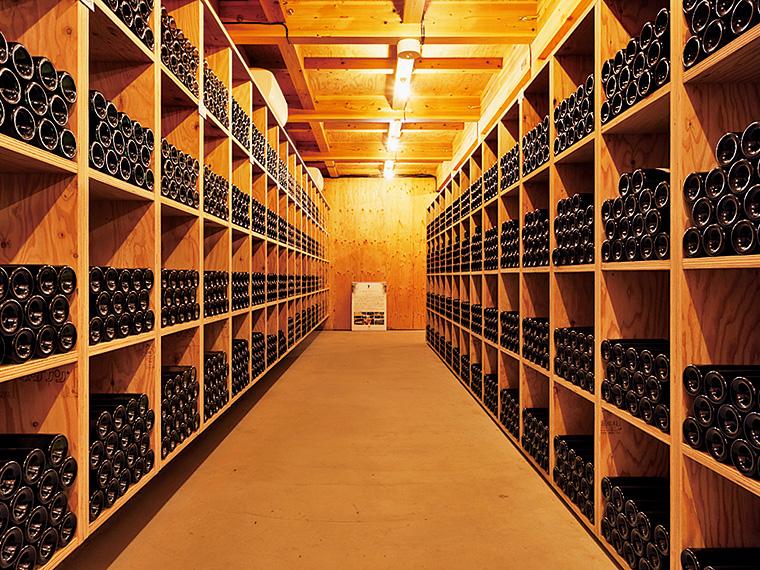 地下1階にあるワインセラーは温度や湿度を管理。今までの歴史を振り返ることができる