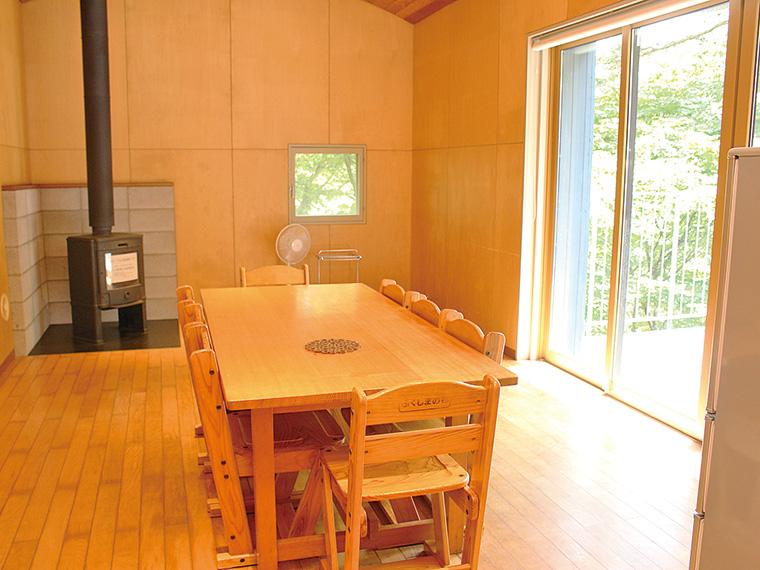 11月からは薪ストーブも使える。炊飯器や電子レンジもあって便利
