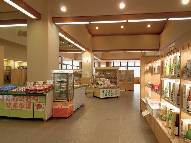 売店には地酒や南郷地区の物産品が並ぶ