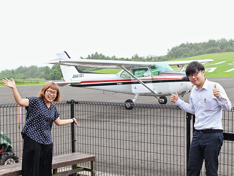 【CJ編集部・及P(写真左)】 楽しいこと大好き女子!空を飛べると聞いたので飛びついて立候補 【CJ編集部・玉P(写真右)】 セスナ乗れるって男のロマンでしょ!?乗るしかないでしょ!?