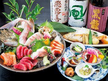 桶に並ぶ鮮魚を選んで厳選地酒と一緒に堪能
