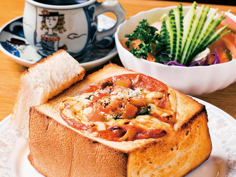 パンの器に具がたっぷり!チーズ香る名物グラタン