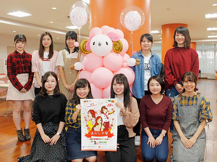 今年のテーマは「桜の聖母短大にイッテQ!」です、と実行委員の皆さん