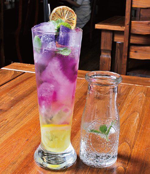 ピンクレモネード(570円)。氷の紫とピンク色は、ハーブ「コモンマロウ」の色。レモンなど酸性と触れ合うと色が変わる見た目の変化にも注目