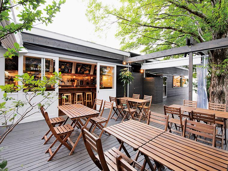 オープンデッキでは、「開成柏屋中庭ポケットガーデン」の風景を眺めながら食事が楽しめる。庭の紅葉の見頃は10月下旬から11月上旬頃