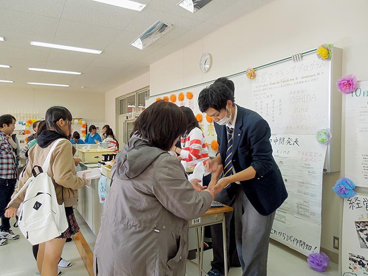 前回(平成27年度)の文化祭にて、食品製造や食品加工を学ぶ「食品科学科」の菓子販売の様子
