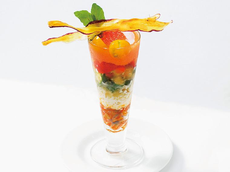 デザートのような「ベジタブルパフェ」(670円、夜限定)。ラタトゥイユやコンソメジュレなど8層の味が重なり、深い味わいに