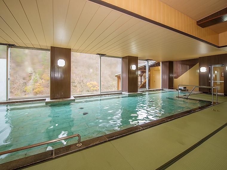 畳敷きで滑りにくい造りの大浴場は、ファミリーにも人気