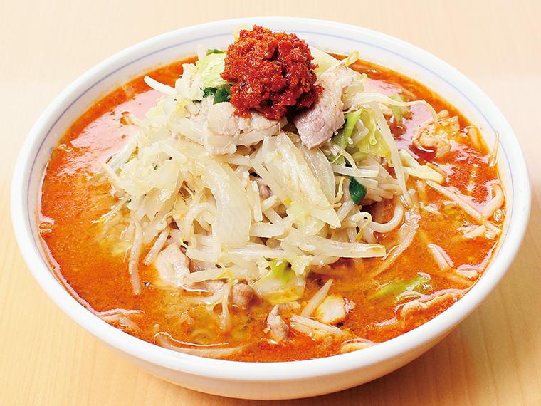 「石狩辛みそら〜めん」(900円)。豚、鶏、野菜、昆布などからダシをとったスープ。ネギ油で炒めた肉と野菜、そして自家製からしを絡めて味わう人気メニュー