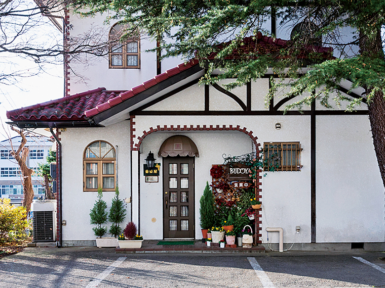 時を重ねたモダンな建物。懐かしくて温かい雰囲気に、思わず笑顔があふれる