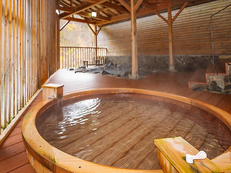 透明のサラリとした湯が満ちる女性用露天風呂
