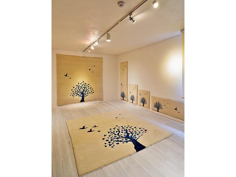 """別シリーズの「Almond」は、花の色や鳥の数を自由にデザインできる、別名""""意志のある絨毯"""" 。家族の記念になる1枚を作ることができる"""