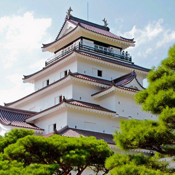 城内の公園散策も楽しめる会津若松市のシンボル「鶴ヶ城」。天守閣最上階からは、会津若松市街を一望できます