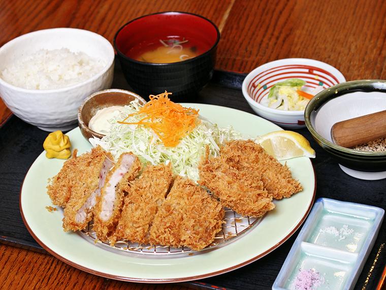 「ロースとカキフライの合盛り定食」(1,490円)