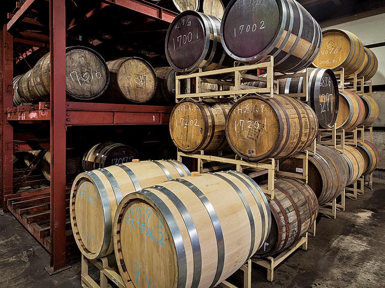 樽が並ぶ貯蔵庫。手前はミズナラの新樽