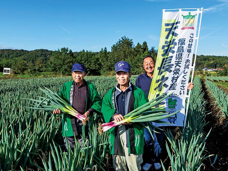 5年前より栽培を開始した兼子さん(左)と「天栄長ネギ生産組合」の組合長の古金さん(中央)、副組合長の磯部さん(右)