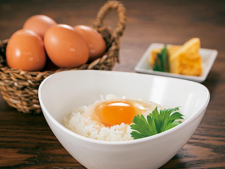 箸でつまめるほどしっかりとした黄身。併設のカフェには、卵かけご飯のランチもあり(540円)