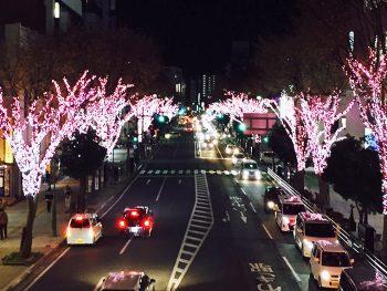 いわき駅前を桜色のイルミネーションが彩る