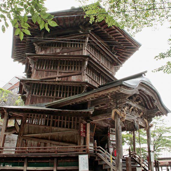 飯盛山の中腹にある「さざえ堂」。二重らせん構造の建物で、どんどん登っているつもりがいつの間にか出入り口に戻っているという不思議な体験ができます