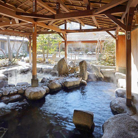 野趣あふれる「巨石と庭園の大露天風呂」(男性専用)