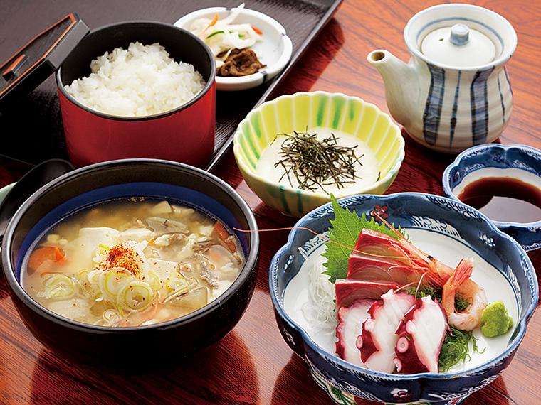 季節限定(10月~4月)の人気メニュー、「けんちん汁と刺身定食」(1,150円)。根菜たっぷりで身体が温まる。とろろ、ご飯、漬物が付く