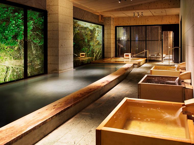 大浴場「伏見の湯」からも四季の風景を感じられます