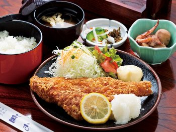 旬の魚料理も気前の良さが身上。多種多彩な味わいに笑顔が広がる