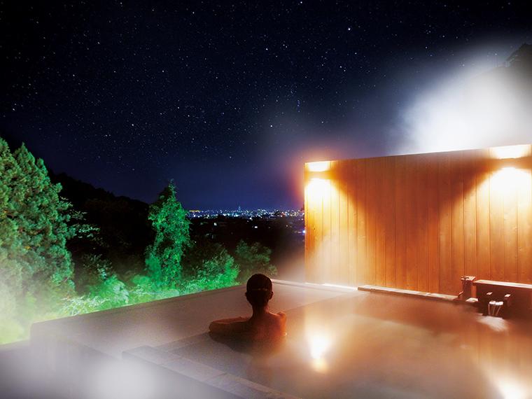 あまりの星空のきれいさから名付けられた屋上貸切露天風呂「星空の湯」。情緒あふれる夜景を堪能できる