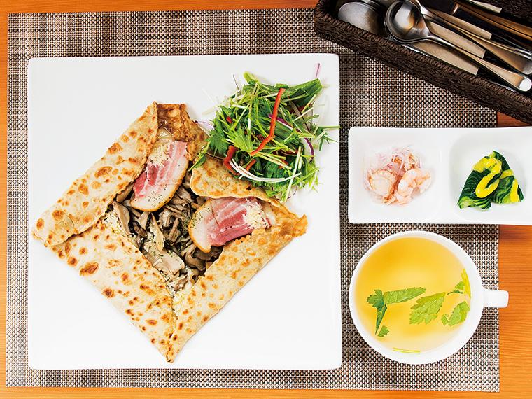 「きのこのガレット」。食事系のガレットは、スープと前菜が付いて1,200円。プラス200円でドリンク、100円でデザートも