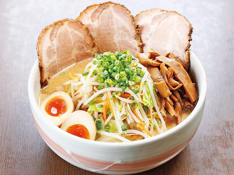 「得伝みそラーメン」(920円)。チャーシュー、炒め野菜、味玉子、メンマをのせた一杯。色々な味や食感を楽しみながら、コク深いスープを飲み干そう