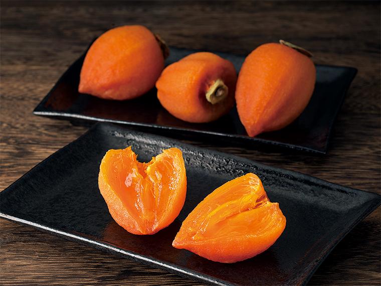 この時期、原料には「あんぽ柿」に最も適した蜂屋柿を使用。市況により価格は変動する