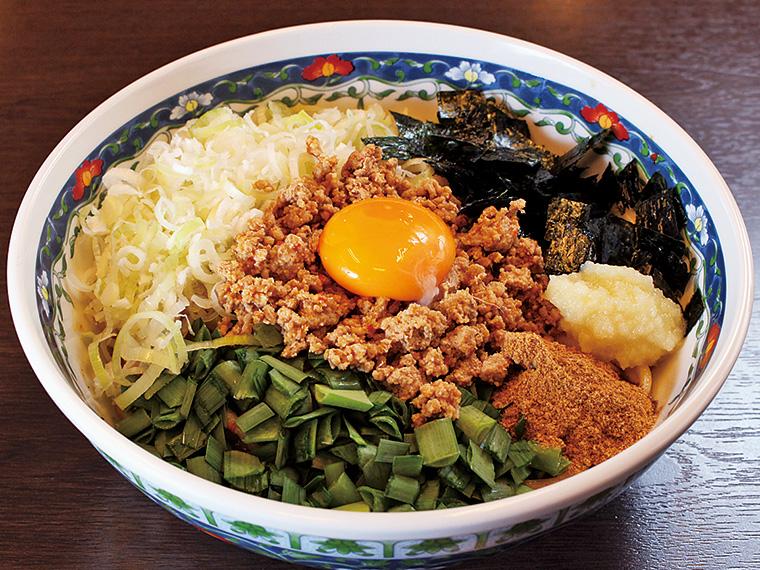 「台湾まぜそば」(800円)。お店人気№1メニュー。スパイシーなひき肉やネギ、卵を混ぜて豪快に味わおう!締めには無料の追い飯を。残った具材やタレにご飯を絡めて食べれば、最後まで堪能できる