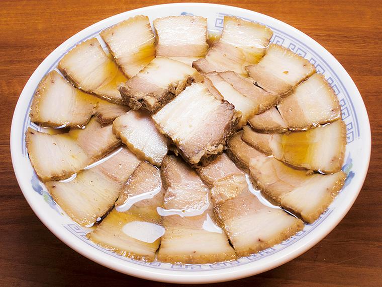 「肉そば」(950円)。会津エリア以外には門外不出と言われる「小西製麺」の麺を使用。かえしの醤油に煮干しを加えることで、エグみを感じさせない旨みを表現。もちもちの多加水麺との相性も良い