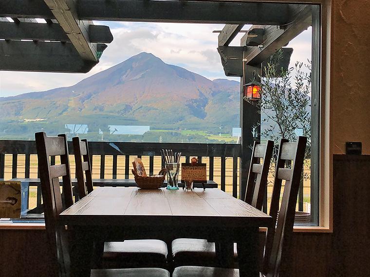 季節ごとに表情を変える田園風景と磐梯山を眺められる窓際の席。暖かい季節はテラス席もおすすめ(写真提供『den en cafe』)